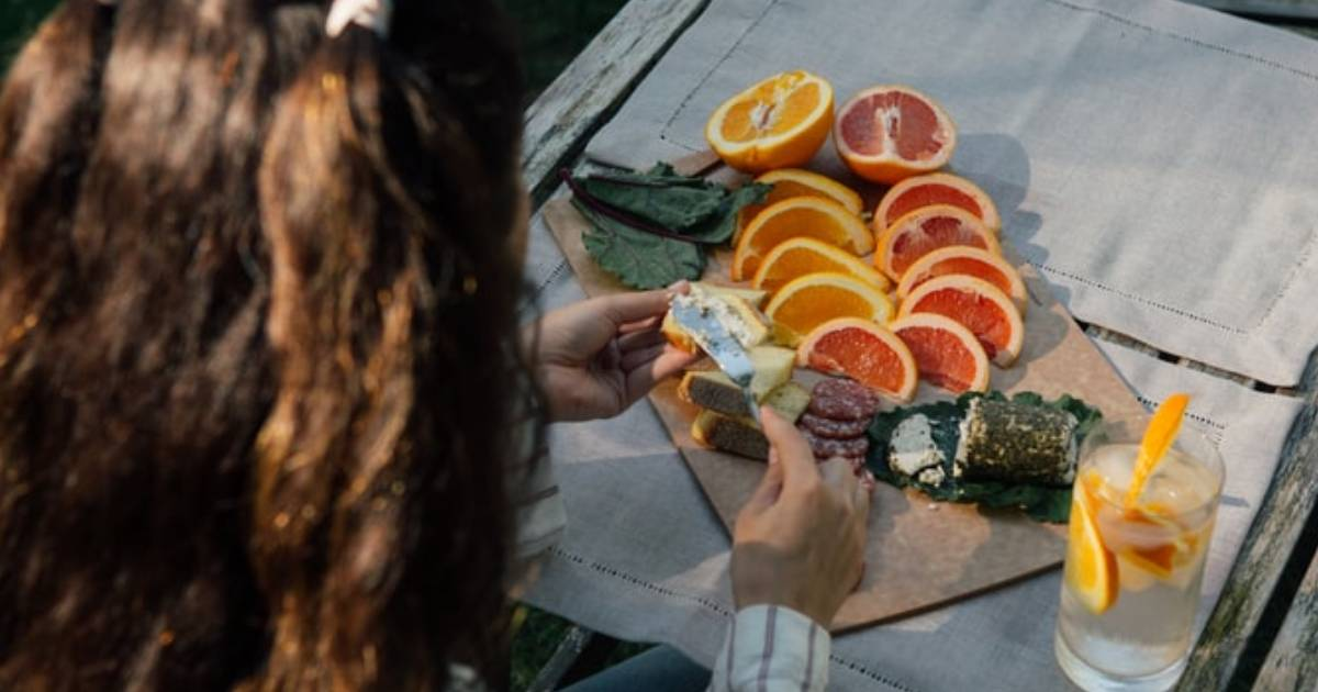 vassoio con arance e altra frutta